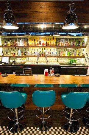 Le Flash Bistro: Le bar: menu cocktail, sélection de scotch, carte des vins