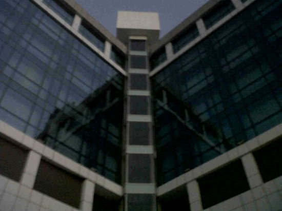 Ramada Navi Mumbai: Vista del hotel desde la piscina