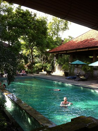 Champlung Sari Hotel : ..one of the two pools the hotel has ...