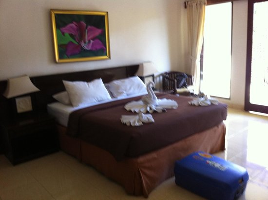 Champlung Sari Hotel : ..our bedroom very basic..but comfortable bed :)