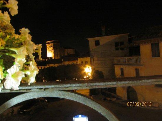 Albergo Al Sole: Вечерний вид на крепость