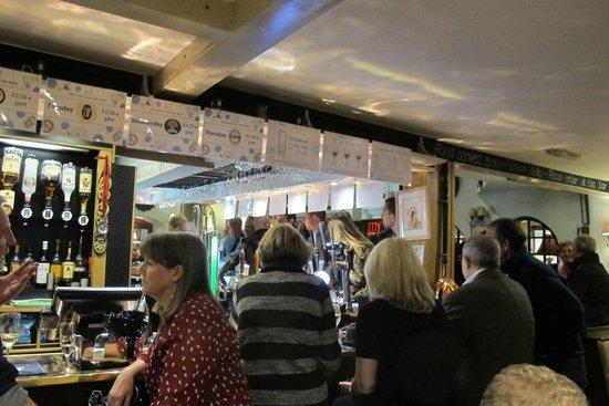 Royal Seven Stars Hotel: The busy bar