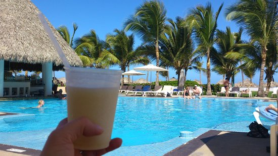 Hard Rock Hotel & Casino Punta Cana: Piña colada by the pool