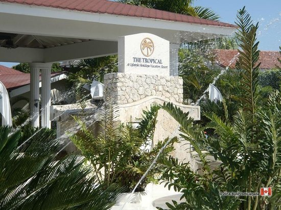 The Tropical at Lifestyle Holidays Vacation Resort : Outside Lobby