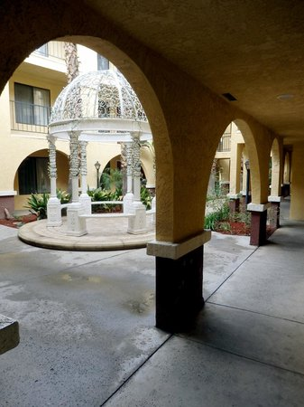 Best Western Moreno Hotel & Suites : courtyard entry to rooms