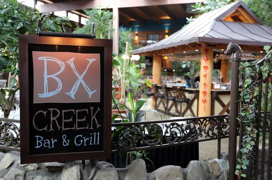 BX Creek Bar & Grill : Entrance in the courtyard.