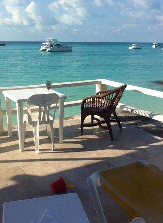 Chichi's 'n Charlies : Massive main deck overlooking Playa Norte