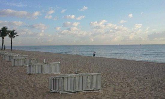 Sonesta Fort Lauderdale Beach : Beach accross strret
