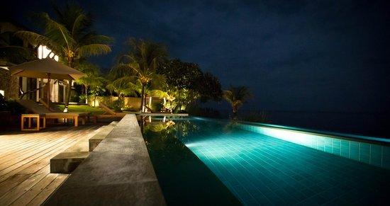 Villa Bukit Segara: pool at night
