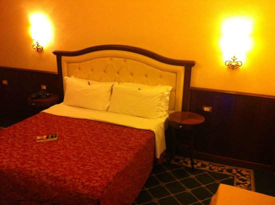 Esedra Inn Rome: double room (2 twin beds) not much natural light