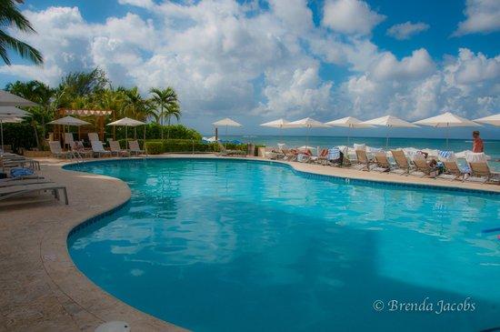 Grand Cayman Marriott Beach Resort: Pool on beach