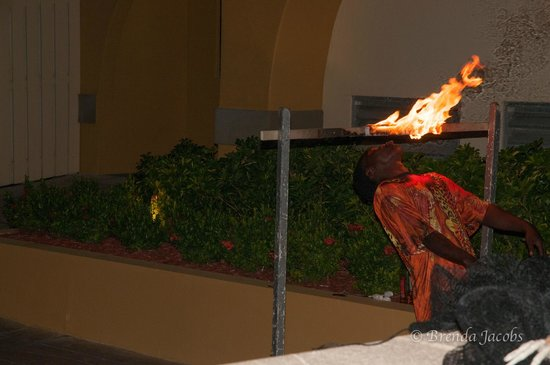 Grand Cayman Marriott Beach Resort : Pirate night with flame eater