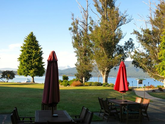 Distinction Te Anau Hotel and Villas: Patio and lake view