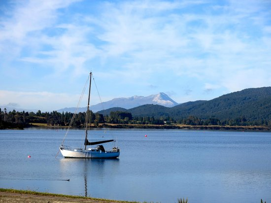 Distinction Te Anau Hotel and Villas: View of lake across the street