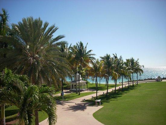 Grand Lucayan, Bahamas : walkway to beach