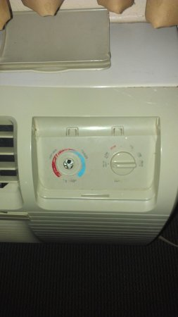 Econo Lodge Airport Humble: Non-functional AC - Heater unit