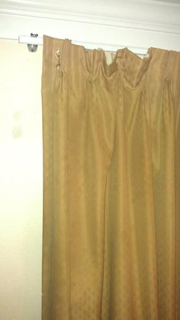 The Continental Inn & Suites Airport: Drapes