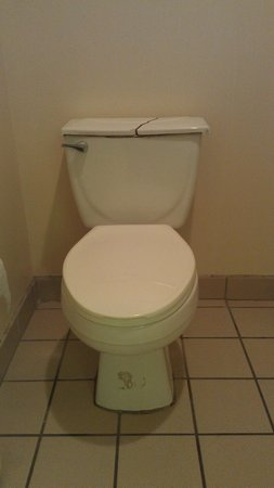 The Continental Inn & Suites Airport: Broken and dirty toilet