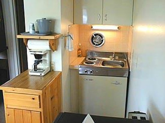 Western Riviera Lakeside Lodging & Events: Kitchenette in large lakeside cabins