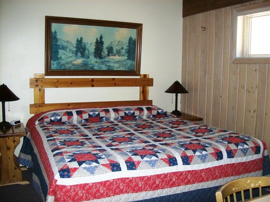 Western Riviera Lakeside Lodging & Events : Bedroom in large lakeside cabins