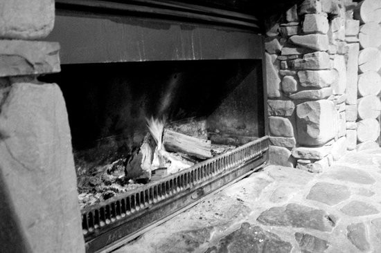 Mt Lyford Lodge: Large Open Stone Fire