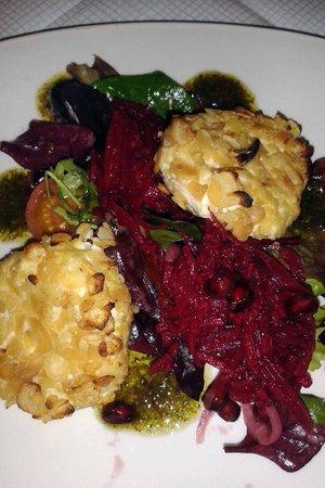 Vina Mara Restaurant & Wine Bar: Goats Cheese, beetroot & pomegranate!