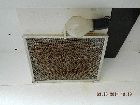Key West Inn - Key Largo: Oven vent fan & light in kitchen