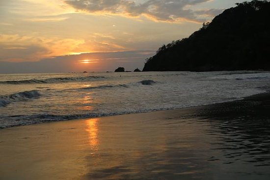 Arenas del Mar Beachfront & Rainforest Resort: sunset from the larger beach
