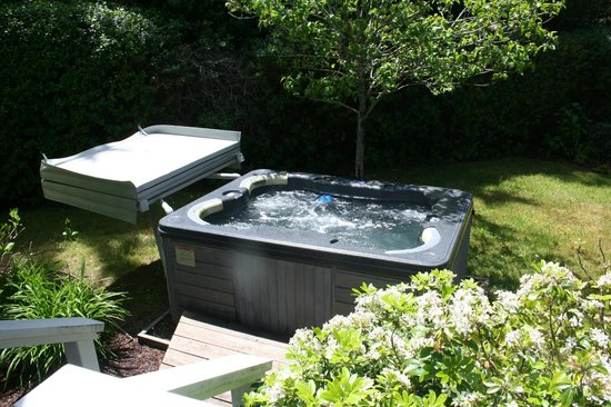 The Larkin Cottage: Private hot tub