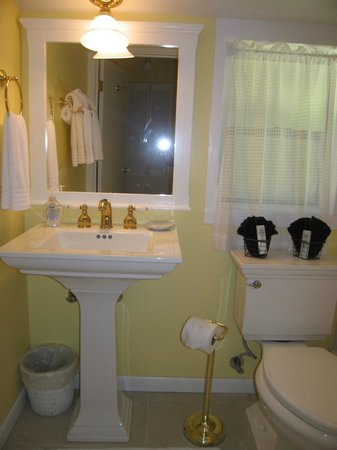 The Larkin Cottage: Bathroom with tub shower