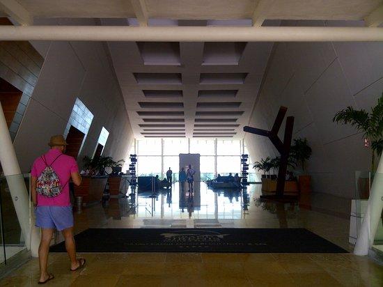 Grand Sirenis Riviera Maya Resort & Spa: Fun open-concept bathroom - open wall to bedroom.