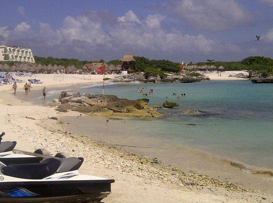 Grand Sirenis Riviera Maya Resort & Spa: Hotel's main swimming area by the reef.