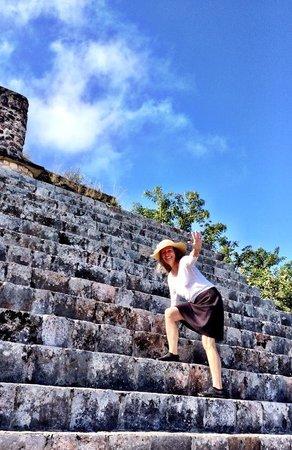 Temples d'Uxmal : Ann Dunham climbing the steps- photo by Terry Hunefeld
