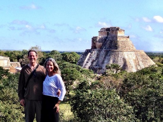 Temples d'Uxmal : Terry Hunefeld and Ann Dunham pose with the Pyramid Of The Magician in the background