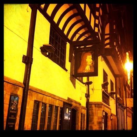 Ye Olde King's Head: Ye Olde Kings Head at night
