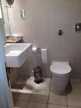 Doubletree by Hilton Cambridge City Centre: Small bathroom