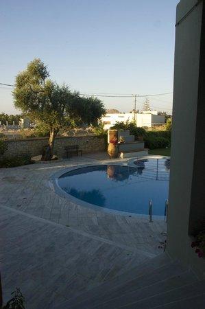 Casa Maria Apartments: Larger pool