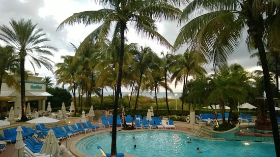 Loews Miami Beach Hotel: Dining by the pool area