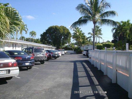 Spanish Gardens Motel: parking lot