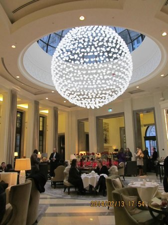 Corinthia Hotel London: entrance cafe