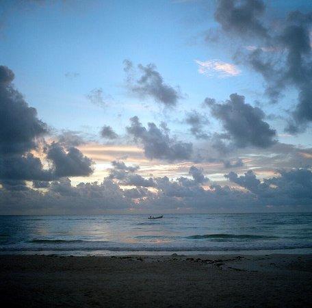 Cabanas La Luna: Sunrise from the beach