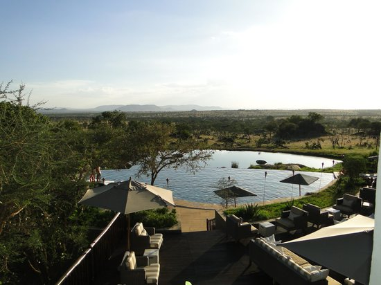 Four Seasons Safari Lodge Serengeti: View over the pool