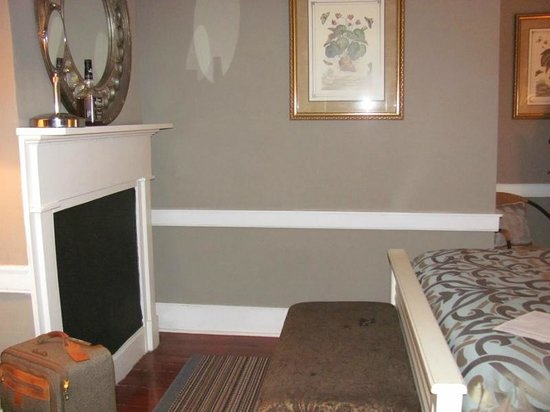 Palmer's Pinckney Inn: Beautiful paint job - Cottage Room