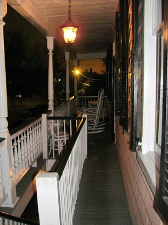 Palmer's Pinckney Inn: Looking down the veranda from the Cottage Room