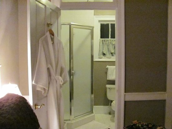 Palmer's Pinckney Inn: Cottage Room bathroom