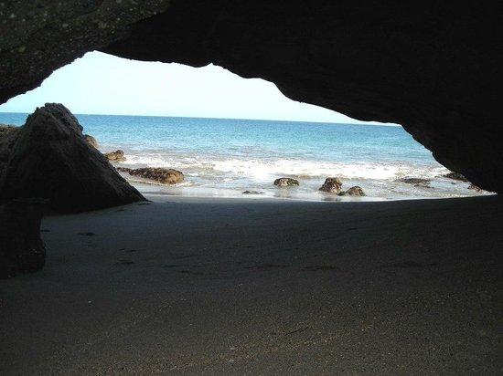 Hotel El Merlin Cabo Blanco: Cuevas de Panic Point a 250 mts. al sur del Hotel