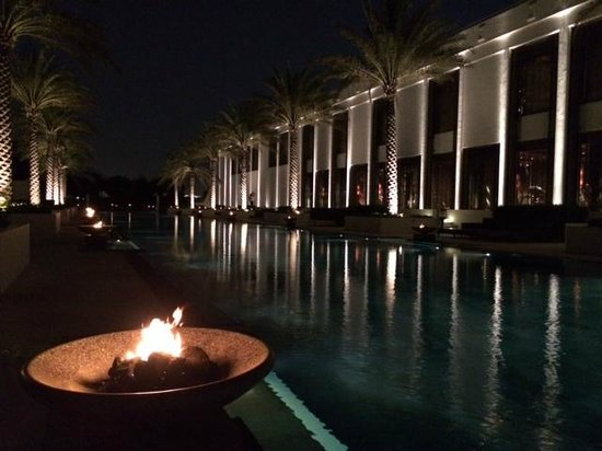 The Chedi Muscat – a GHM hotel: Lounge pool at night