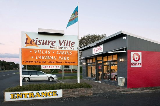 Leisure Ville Holiday Centre: Leisure Ville Entrance and Bruce's Cafe