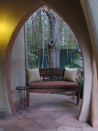 Emerald Iguana Inn: Patio Entrance