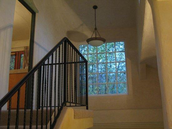 Emerald Iguana Inn: Stairway